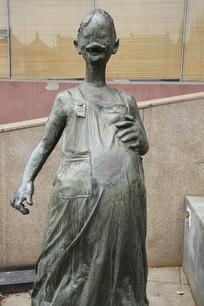 铜雕大肚子的女孩雕像
