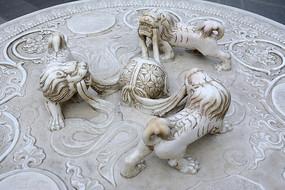 石雕狮子戏绣球