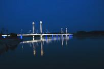 夜色下的跨河大桥