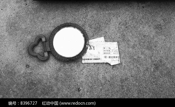 旧圆镜和广告纸一角图片