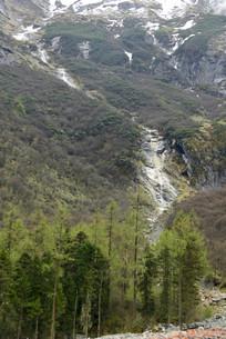 雪山冰川融化形成的雪山瀑布