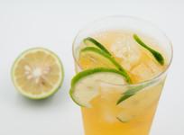 一杯冰镇柠檬果茶