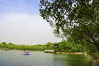 劳动湖对岸的环翠阁与树木