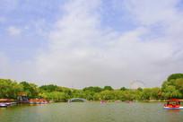 劳动湖虹桥与树木白云