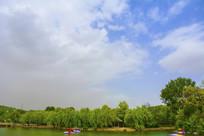 劳动湖凉亭树木与蓝天白云