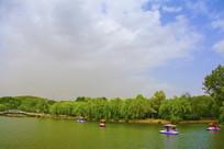 劳动湖凉亭树木与蓝天彩云