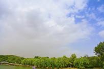 劳动湖凉亭树木与满天白云