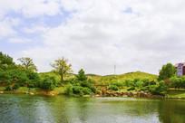 孟泰公园湖水山峰与漫天白云