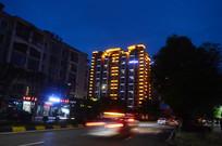夜晚亮化的楼房和街上的车子