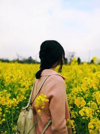 油菜花中的女人