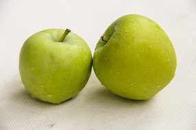 青苹果两只