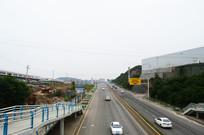 人行天桥和路上的车子