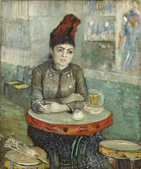 坐在桌上喝咖啡的女人