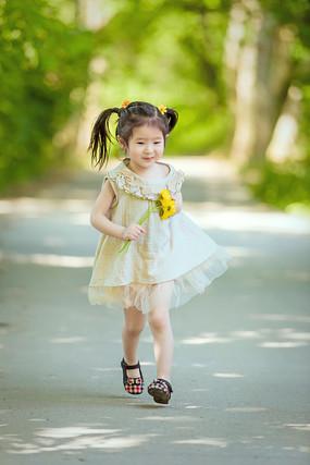 奔跑中的小女孩