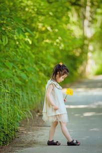 低着头拿着花沉思的女孩子