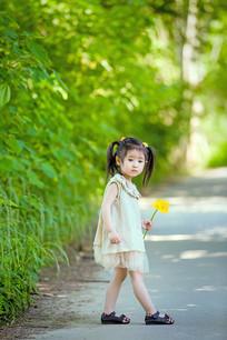 好奇的望向远方的女孩