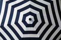 几何图案的雨伞特写