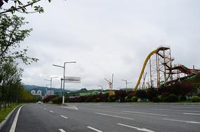 宽阔的道路和建设中的娱乐设施
