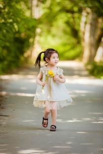 拿着花的小女孩