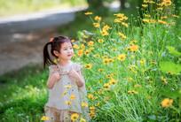 站在花丛中的小女孩
