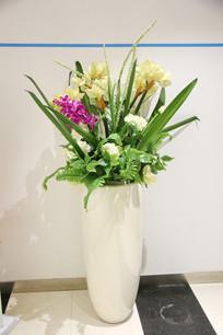 插满塑料花的瓷花瓶