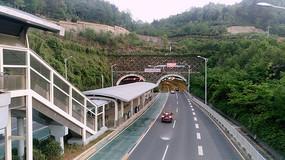 贵阳BRT公交车站和隧道口