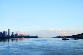 蓝色天空下的江水
