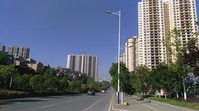 蓝天下的城市高楼和宽阔的道路