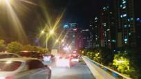 万家灯火的夜景和堵车的街道