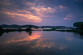 夕阳映在湖面上