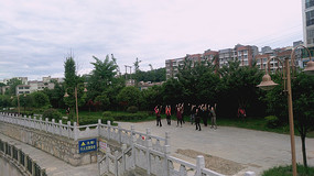 河边跳广场舞的人们
