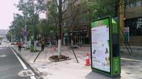 街边的行人和果皮箱广告