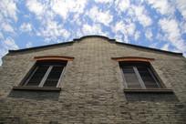 蓝天白云石库门窗