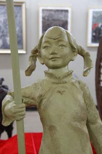 长辫子站岗的小女孩雕像
