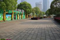 卡通雕塑墙的休闲街