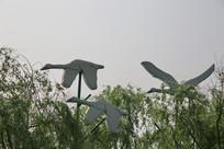林中飞翔的野鸭雕塑