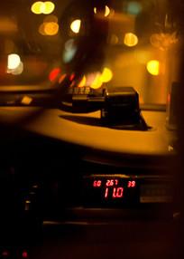 夜晚时计程车内