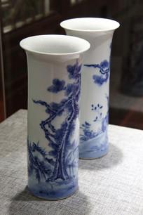 白地青花松树图长颈瓶