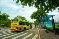 公共汽车驶离公交站台