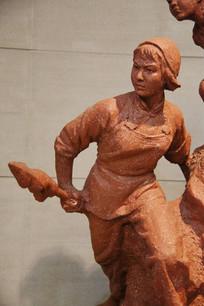 执红缨枪女孩雕像