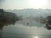 凤凰古城湖边