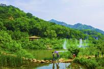 千山桃花溪谷喷泉与茅草亭