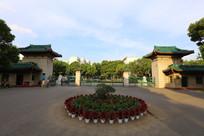 中南民族大学的校门