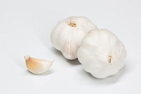 白色背景下两个大蒜和蒜瓣
