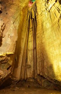 灯光中的石瀑布