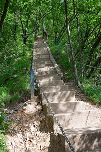 陡峭的登山台阶