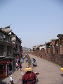 凤凰古城城墙边