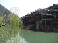 凤凰古城湖边风景图