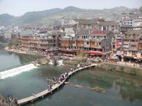 凤凰古城湖上小桥
