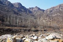 河道岩石和高山